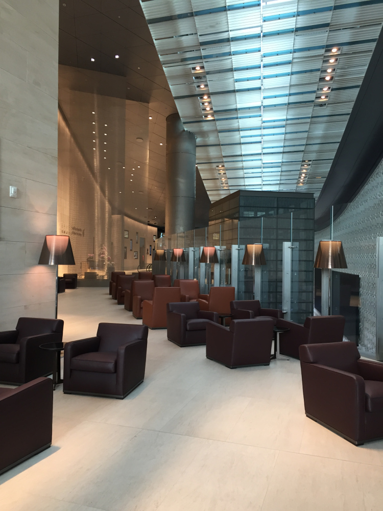 Al Safwa First Class Lounge: Sterile and Overlarge.